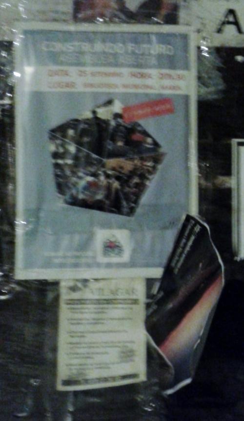 Cartaz do BNG ocupando o sitio do anuncio da andaina, que foi arrincado.