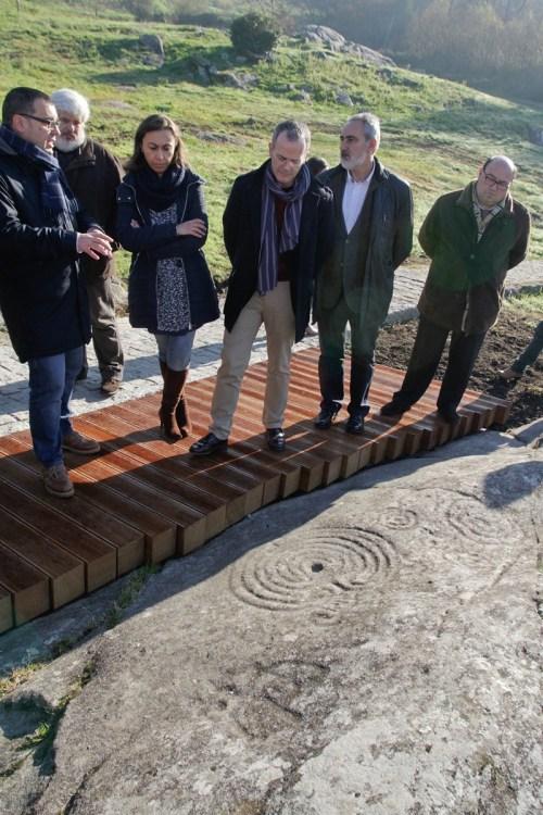 Visita do conselleiro de Cultura aos petroglifos de Mogor (Foto, Xunta).