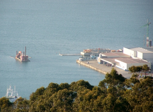 Seguen os recheos no Porto de Marín.