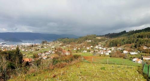 Vista do Monte Pituco e da parroquia de San Xulián.