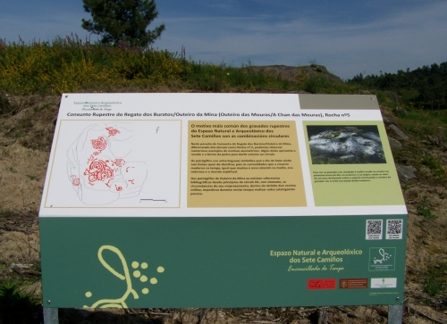 Sinalización dos elementos do Espazo Sete Camiños no patrimonio rupestre de Salcedo.