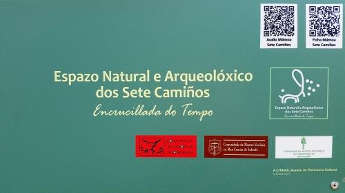 Panel informativo nos petroglifos de Pinal de Caeiro.