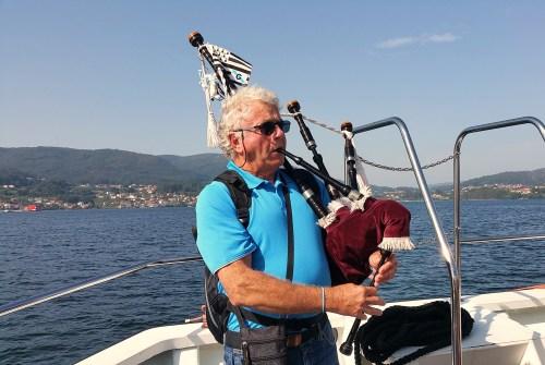 O gaiteiro breton Michel interpretou o himno galego na viaxe de volta.