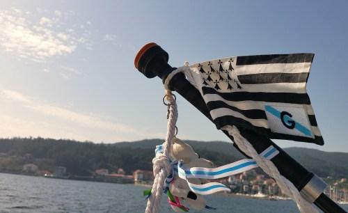 La bandera gallega y la bandera bretona, adornando la gaita de Michel