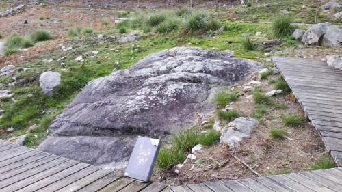 Pedra Grande de Montecelo (Área Arqueolóxica da Caeira).