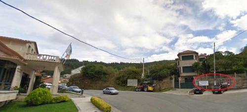 Cruce da estrada de San Xulián coa pista que sube ao Lago de Castiñeiras