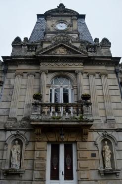 Esculturas na fachada do edificio principal do Pazo