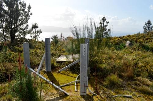 Estrutura para a instalación dunha antena, no Monte do Castro