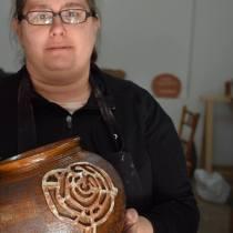 Laura Villanueva, de Alén das Olas, realizando unha peza cun calco do petróglifo do Pornedo