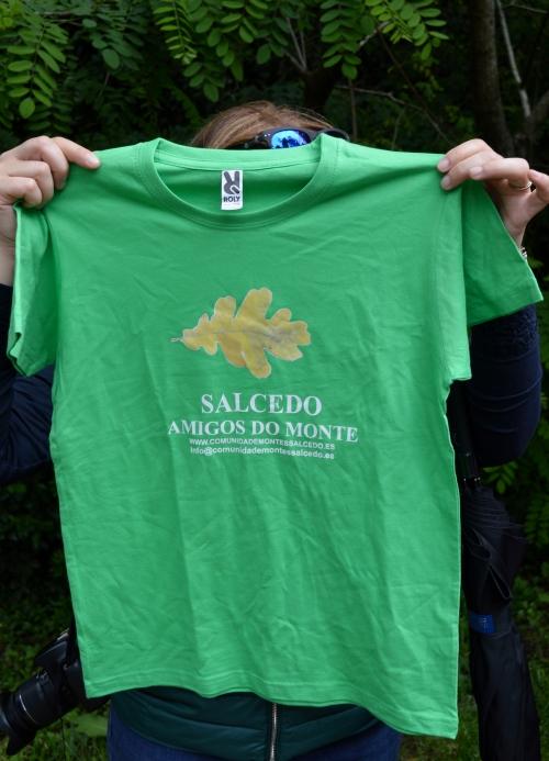 Obsequio da Comunidade de Montes de Salcedo aos nenos e nenas que participaban na andaina