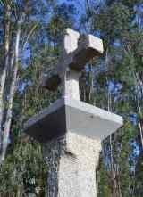 Cruceiro de pedra coa base engadida en cemento