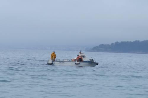 Actividade pesqueira fronte á praia de Loira