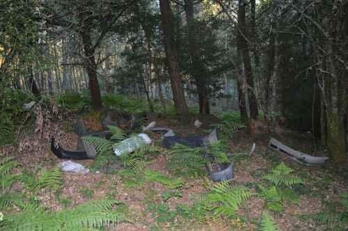 Restos de defensas de vehículo, abandonados en Fonte das Pulgas