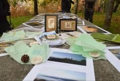 As pezas cerámicas obsequiadas, coas fotografías presentadas, no inicio da ruta polo Monte Pornedo.