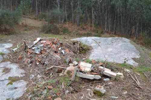 Petroglifo da Moreira, cuberto de restos de obra
