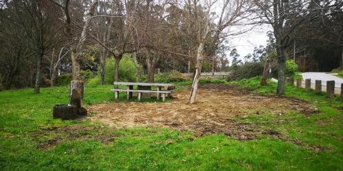 Terra de dubidosa procedencia, extendida e aplastada nun recanto da arboreda do Pituco
