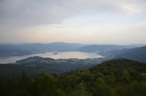 Vista da illa de San Simón na ría de Vigo, dende Cotorredondo