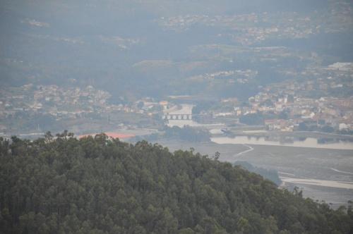 Vista de Pontesampaio e da desembocadura do río Verdugo dende Cotorredondo