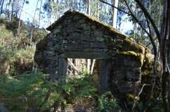 Casa abandonada ao carón do petróglifo da Barcia