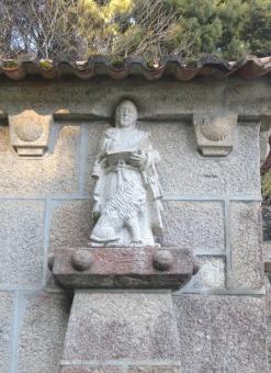 A cada lado da capela, de dous en dous, sitúanse os catro evanxelistas