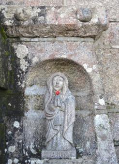 A Virxe e San Xosé, a cada lado do arco central
