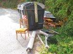 Colchóns, sillas e mesa de salón, persianas, moble de baño con cristal roto… entre A Pena e oCaeiro